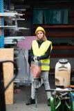 Εργαζόμενος γυναικών με το κομπρεσέρ σε μια βιομηχανική περιοχή Στοκ Εικόνες