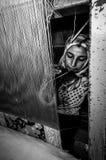 Εργαζόμενος γυναικών πίσω από τον υφαίνοντας αργαλειό Στοκ Εικόνες