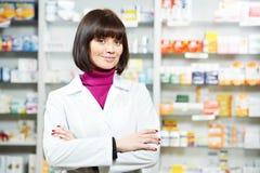 Εργαζόμενος γυναικών Pharmaceutist στο φαρμακείο στοκ φωτογραφία με δικαίωμα ελεύθερης χρήσης