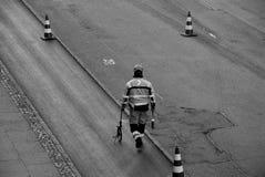 Εργαζόμενος δεικτών οδικών σημαδιών Στοκ εικόνα με δικαίωμα ελεύθερης χρήσης