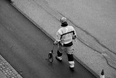 Εργαζόμενος δεικτών οδικών σημαδιών Στοκ εικόνες με δικαίωμα ελεύθερης χρήσης