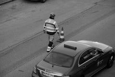 Εργαζόμενος δεικτών οδικών σημαδιών Στοκ Εικόνες