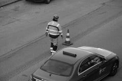 Εργαζόμενος δεικτών οδικών σημαδιών Στοκ Φωτογραφίες