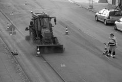 Εργαζόμενος δεικτών οδικών σημαδιών Στοκ Φωτογραφία
