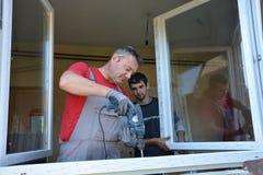 Εργαζόμενος εγκαταστάσεων παραθύρων με ένα τρυπάνι Στοκ φωτογραφίες με δικαίωμα ελεύθερης χρήσης