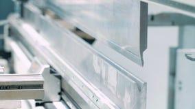 Εργαζόμενος εγκαταστάσεων που παίρνει το ολοκληρωμένο προϊόν από τη μηχανή για το μέταλλο απόθεμα βίντεο