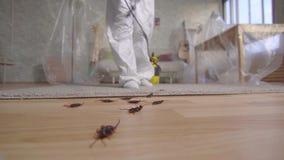 Εργαζόμενος ελέγχου παρασίτων με τον ψεκαστήρα που στέκεται στο σπίτι απόθεμα βίντεο