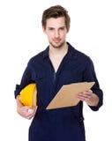 Εργαζόμενος εργοτάξιων οικοδομής με το προστατευτικές καπέλο και την περιοχή αποκομμάτων Στοκ εικόνα με δικαίωμα ελεύθερης χρήσης