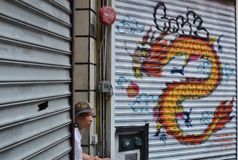 Εργαζόμενος εστιατορίων NYC Chinatown που παίρνει έναν σπασιμάτων της Νέας Υόρκης πόλεων αυθεντικό τρόπο ζωής πολιτισμού οδών κιν στοκ εικόνα