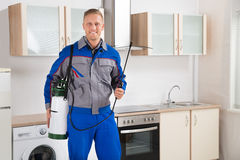 Εργαζόμενος ελέγχου παρασίτων με τον ψεκαστήρα εντομοκτόνου στοκ εικόνα με δικαίωμα ελεύθερης χρήσης