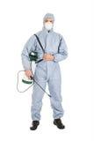 Εργαζόμενος ελέγχου παρασίτων με τον ψεκαστήρα φυτοφαρμάκων στοκ εικόνες
