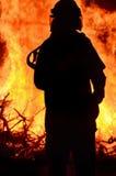 Εργαζόμενος διάσωσης πυροσβεστών στην αγροτική ανεξέλεγκτη δασική φωτιά σκηνής Στοκ φωτογραφία με δικαίωμα ελεύθερης χρήσης