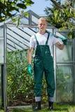 Εργαζόμενος κήπων που στέκεται μπροστά από το θερμοκήπιο στοκ φωτογραφία με δικαίωμα ελεύθερης χρήσης