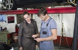 Εργαζόμενος και πελάτης γκαράζ Στοκ εικόνες με δικαίωμα ελεύθερης χρήσης