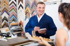 Εργαζόμενος και πελάτης στο ξύλινο ατελιέ πλαισίων Στοκ φωτογραφίες με δικαίωμα ελεύθερης χρήσης