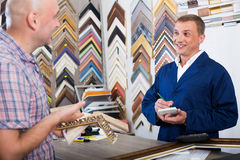 Εργαζόμενος και πελάτης στο ξύλινο ατελιέ πλαισίων Στοκ εικόνες με δικαίωμα ελεύθερης χρήσης