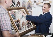 Εργαζόμενος και πελάτης στο ξύλινο ατελιέ πλαισίων Στοκ εικόνα με δικαίωμα ελεύθερης χρήσης