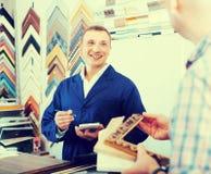 Εργαζόμενος και πελάτης στο ξύλινο ατελιέ πλαισίων Στοκ Εικόνες