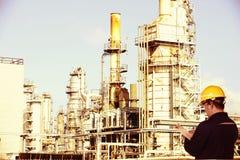 Εργαζόμενος κατασκευής και πετρελαιοφόρων περιοχών στοκ φωτογραφία