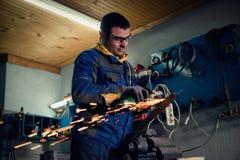 Εργαζόμενος μετάλλων στο εργαστήριο Στοκ Φωτογραφίες