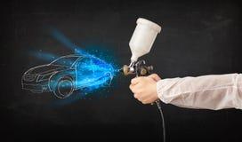 Εργαζόμενος με συρμένες γραμμές αυτοκινήτων ζωγραφικής πυροβόλων όπλων airbrush τις χέρι Στοκ φωτογραφία με δικαίωμα ελεύθερης χρήσης