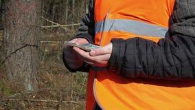 Εργαζόμενος με τα ευρο- τραπεζογραμμάτια στο δάσος απόθεμα βίντεο