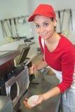 Εργαζόμενος με την κόκκινη ΚΑΠ Στοκ εικόνες με δικαίωμα ελεύθερης χρήσης