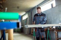 Εργαζόμενος με τη διάτρυση του mashine στο εργαστήριο Στοκ φωτογραφία με δικαίωμα ελεύθερης χρήσης