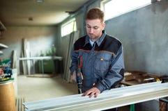 Εργαζόμενος με τη διάτρυση του mashine στο εργαστήριο Στοκ Εικόνα