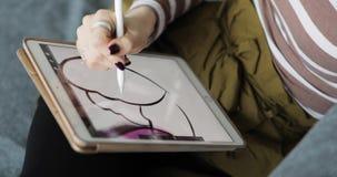 Εργαζόμενος με τη διαλογική επίδειξη μανδρών, την ψηφιακές ταμπλέτα σχεδίων και τη μάνδρα κλείστε επάνω απόθεμα βίντεο