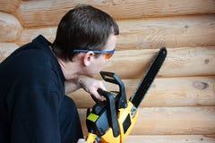 Εργαζόμενος με το αλυσιδοπρίονο Στοκ εικόνα με δικαίωμα ελεύθερης χρήσης