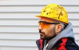 Εργαζόμενος με το κράνος Στοκ φωτογραφία με δικαίωμα ελεύθερης χρήσης