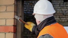 Εργαζόμενος με το σφυρί που καταστρέφει το σκυρόδεμα απόθεμα βίντεο