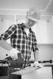 Εργαζόμενος με το τορνευτικό πριόνι Στοκ Φωτογραφίες