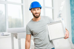 Εργαζόμενος με το φίλτρο αέρα στοκ φωτογραφίες με δικαίωμα ελεύθερης χρήσης