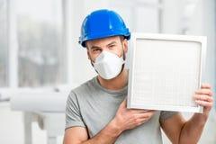 Εργαζόμενος με το φίλτρο αέρα στοκ εικόνα