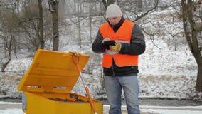 Εργαζόμενος με το PC ταμπλετών κοντά στο Sandbox το χειμώνα φιλμ μικρού μήκους