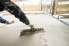 Εργαζόμενος με spatula, που προετοιμάζει τους τοίχους για την επικεράμωση στοκ φωτογραφία με δικαίωμα ελεύθερης χρήσης