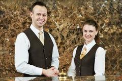 Εργαζόμενος ξενοδοχείων με την παραλαβή στοκ εικόνες