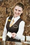 Εργαζόμενος ξενοδοχείων με τη βασική κάρτα Στοκ φωτογραφίες με δικαίωμα ελεύθερης χρήσης