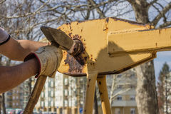 Εργαζόμενος οικοδόμων με το σφυρί που εγκαθιστά μέρος της κατασκευής γερανών Στοκ Εικόνα