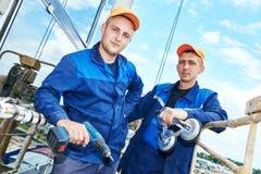 Εργαζόμενος οικοδόμων που εγκαθιστά τα παράθυρα γυαλιού στην πρόσοψη Στοκ Φωτογραφίες