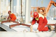 Εργαζόμενος οικοδόμων που εγκαθιστά τη τσιμεντένια πλάκα Στοκ φωτογραφία με δικαίωμα ελεύθερης χρήσης