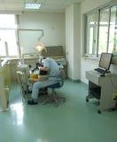 εργαζόμενος οδοντίατρος Στοκ φωτογραφία με δικαίωμα ελεύθερης χρήσης