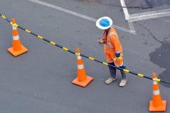 Εργαζόμενος οδοποιίας στην οδό πόλεων Στοκ Φωτογραφίες