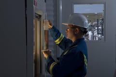 Εργαζόμενος πετρελαίου που μετρά τις χημικές ουσίες Στοκ Εικόνες
