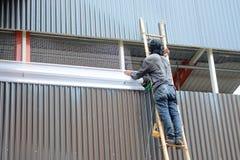 Εργαζόμενος που αναρριχείται στην εγκατάσταση σκαλοπατιών μπαμπού wiremesh και transluce Στοκ Εικόνες