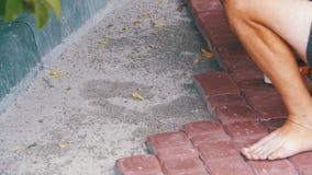 Εργαζόμενος που βάζει την πλάκα επίστρωσης πετρών κίνηση αργή φιλμ μικρού μήκους