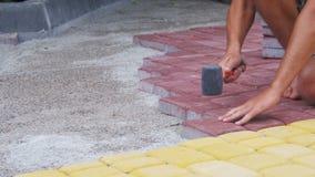 Εργαζόμενος που βάζει την πλάκα επίστρωσης πετρών απόθεμα βίντεο