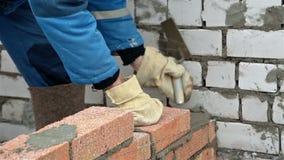 Εργαζόμενος που βάζει το τουβλότοιχο φιλμ μικρού μήκους